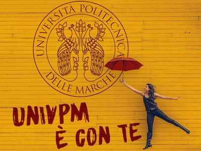 """immagine studentessa con ombrello rosso e logo univpm e slogan """"Univpm è con te"""""""
