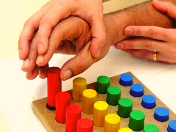 Esercizio riabilitazione con cilindri colorati