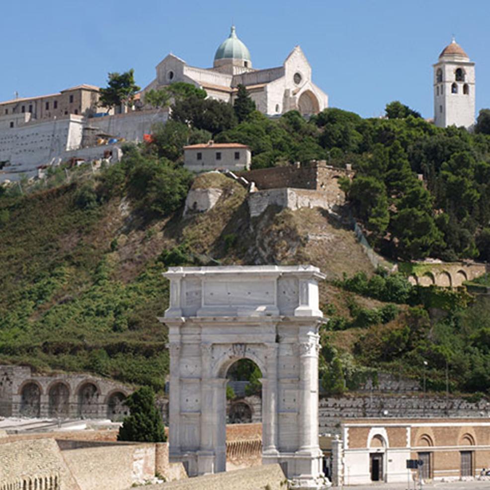 Catedral de San Ciriaco y Arco de Trajano