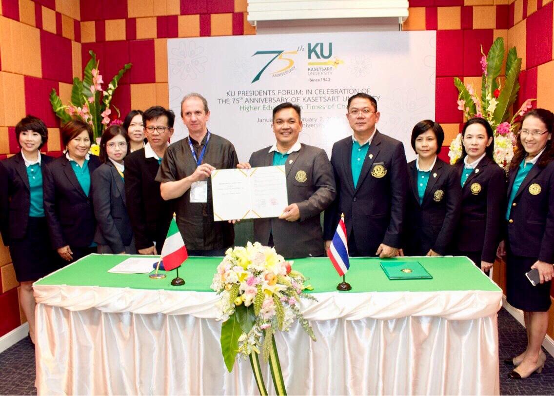 Nelle foto il prof. Mario Giordano durante il Forum dei Rettori organizzato dalla Kasetsart University in Tailandia.